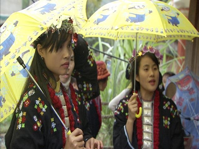 Những thiếu nữ người Dao hồi hộp trong ngày vui của bản