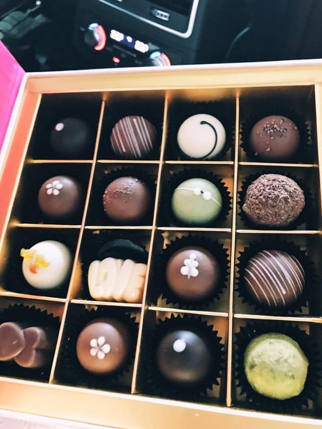 Á hậu Hà Thu hạnh phúc khi nhận được bó hoa hồng rất to và chocola ngọt ngào từ người yêu của mình.