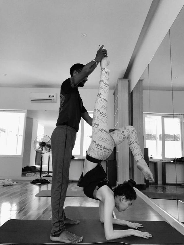 Trong dịp cuối tuần, nữ ca sĩ chia sẻ hình ảnh cô miệt mài tập Yoga trong những động tác vô cùng khó, cô viết: Mỗi ngày mình chọn một niềm vui...