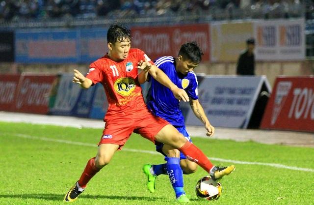 Tín hiệu vui cho đội bóng phố núi (áo đỏ) khi họ cầm hòa ứng viên vô địch Quảng Nam và chấm dứt chuỗi 4 trận toàn thua.