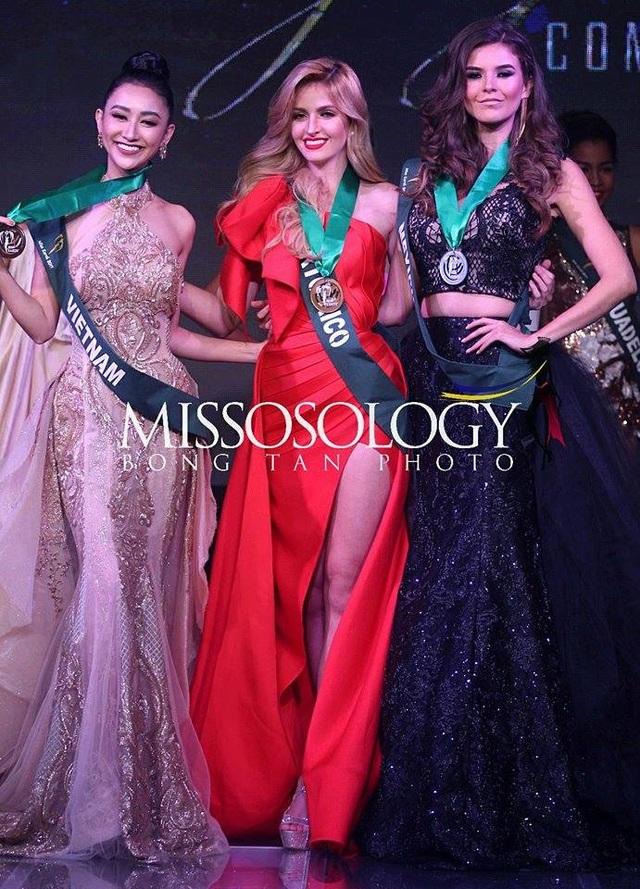 Hoa hậu Puerto Rico (giữa) giành huy chương vàng, Hoa hậu Mexico (phải) giành huy chương bạc và Hà Thu của Việt Nam giành huy chương đồng phần thi Trình diễn trang phục dạ hội.