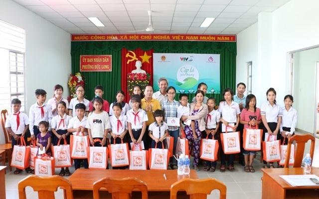 Đại diện Hải Phát Group trao tận tay 31 phần quà cho các em nhỏ Tỉnh Bình Thuận
