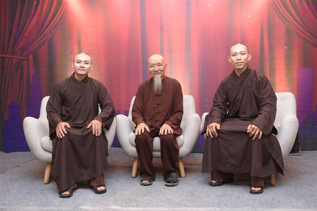 Đi cùng hai sư thầy trẻ là sư thầy trụ trì của chùa - Hòa thượng Thích Tâm Đức (ngồi giữa).