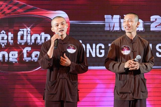 Trong trang phục áo nâu của nhà chùa, hai thí sinh khiến cả hội trường kinh ngạc khi thể hiện ca khúc Cỏ xót xa đưa của Trịnh Công Sơn một cách nồng nàn.