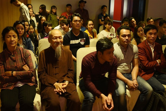Sư thầy trụ trì chăm chú lắng nghe tiết mục của hai thí sinh đặc biệt.