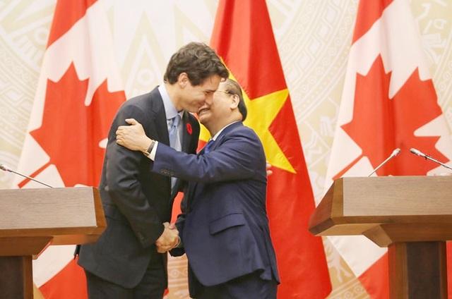 Hai Thủ tướng nắm chặt tay trước khi rời phòng họp báo.