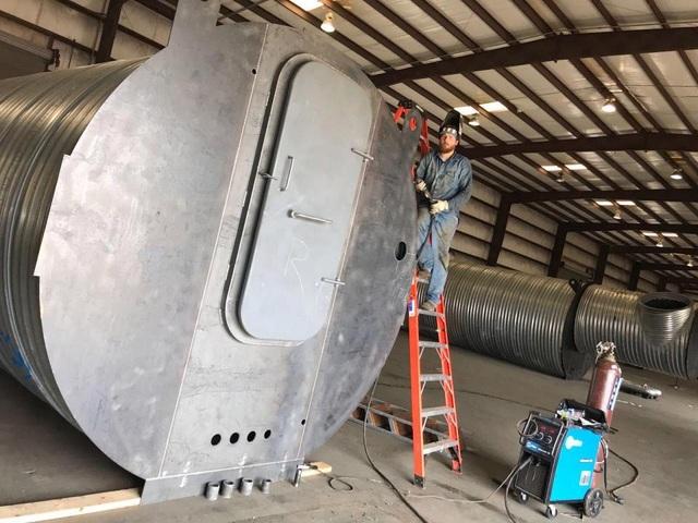 Chỉ trong 3 ngày tuần trước, Atlas Survival Shelters đã bán được số boong ke nhiều hơn số lượng trong cả 1 năm của công ty này cách đây 6 năm. Trong ảnh: Một công nhân làm việc trong xưởng chế tạo boong ke của công ty Atlas Survival Shelters tại ngoại ô Dallas, Texas, Mỹ. (Ảnh: EPA)