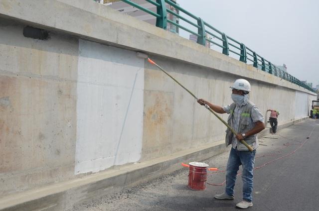 Công nhân đang khẩn trương hoàn thiện những khâu cuối cùng của dự án để phục vụ APEC