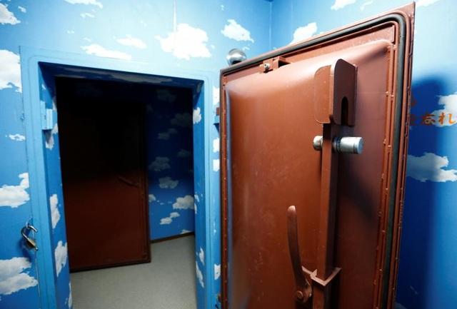 Cửa hầm là loại kiên cố, chống cháy nổ.