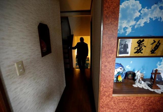 Ông Seiichiro Nishimoto bước trên lối đi dẫn xuống căn hầm, nơi căn phòng trú ẩn kiểu mẫu được xây dựng.