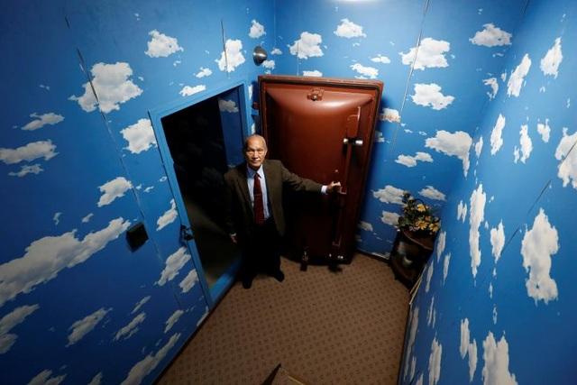 Ông Seiichiro Nishimoto đứng bên cửa vào căn hầm.