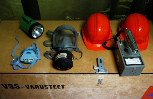 Căn phòng có mặt nạ chống độc, đèn pin và các đồ dùng khẩn cấp khác.