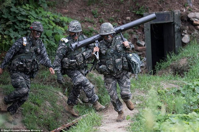 Lực lượng thủy quân lục chiến Hàn Quốc ngày 6/9 đã tiến hành cuộc tập trận rầm rộ trên đảo Baengnyeong, khu vực nằm sát Đường Giới hạn Phía Bắc (NLL) ngăn cách giữa Triều Tiên và Hàn Quốc.