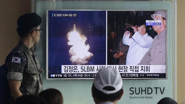 Binh sĩ và người dân Hàn Quốc theo dõi tin tức về vụ phóng tên lửa Triều Tiên qua truyền hình tại nhà ga ở Seoul (Ảnh: AP)