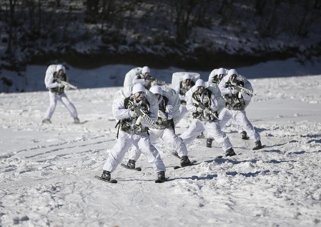 Đặc nhiệm Hàn Quốc huấn luyện trong thời tiết lạnh (Ảnh: Reuters)