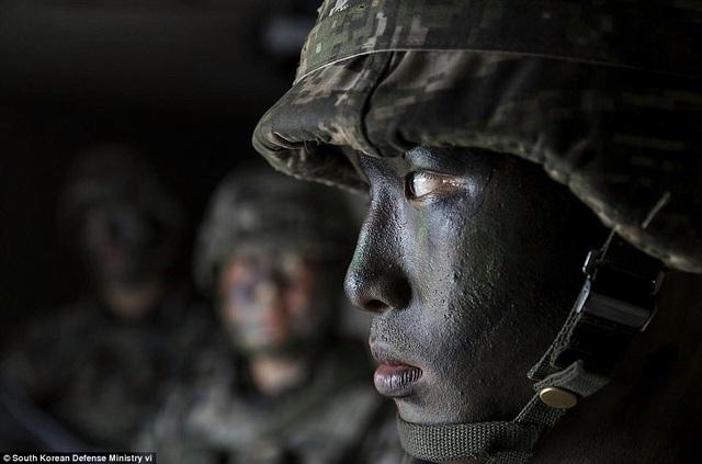 Ngày 7/9, các xe quân sự của Mỹ đã vận chuyển 4 bệ phóng của hệ thống phòng thủ tên lửa tầm cao giai đoạn cuối (THAAD) tới vị trí lắp đặt ở Seoungju, Hàn Quốc. Hệ thống này được triển khai nhằm đối phó với mối đe dọa từ tên lửa Triều Tiên.