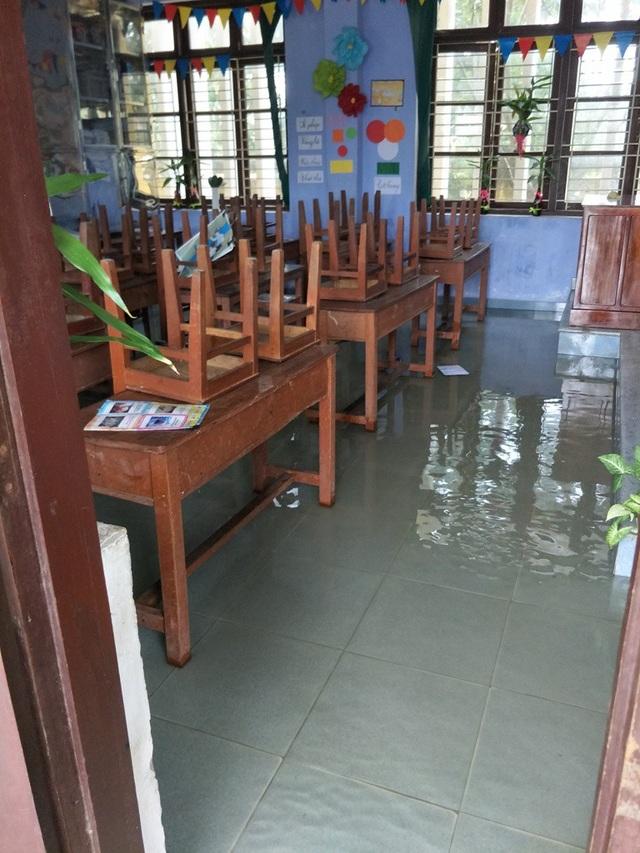 Nước lũ ngập nhiều phòng học tại tỉnh Thừa Thiên Huế trong đợt lũ do ảnh hưởng bão số 12