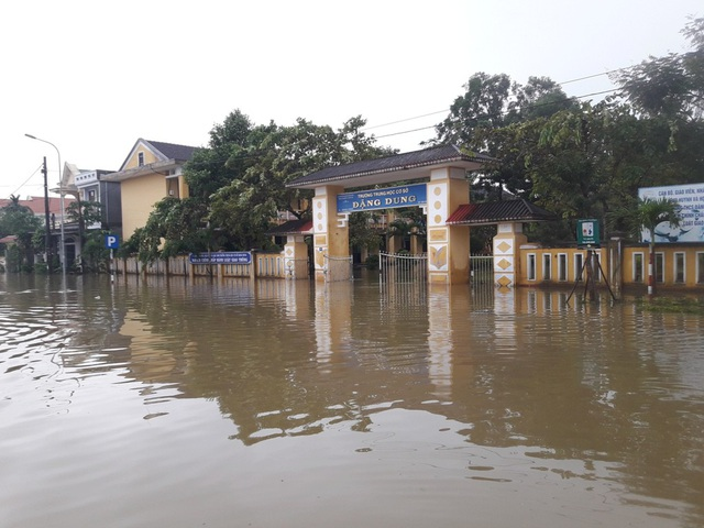 Rất nhiều trường bị ngập sâu trong nước lũ