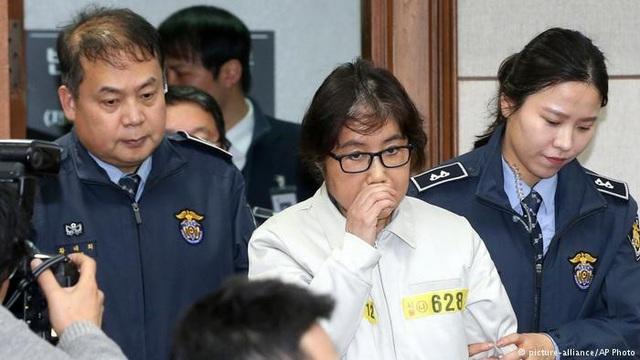 Bà Choi Soon-sil bị áp giải tới tòa án Hàn Quốc (Ảnh: AP)