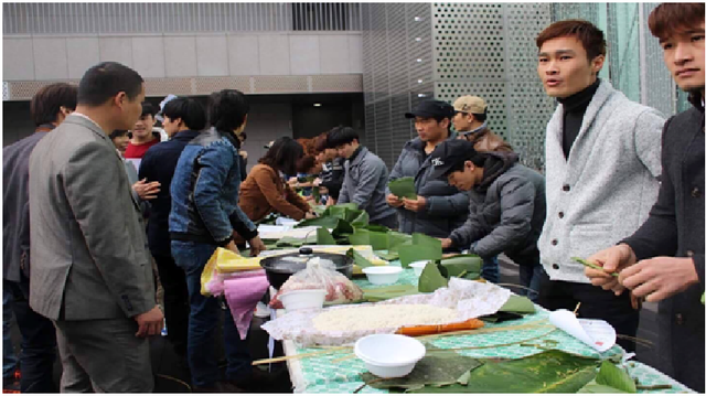Cuộc thi gói bánh chưng diễn ra trong khuôn khổ lễ hội (Ảnh: Tuấn Anh)