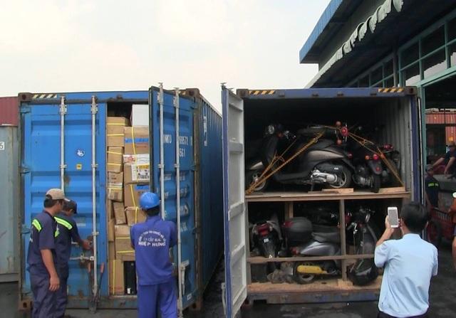 Lực lượng chức năng tiến hành kiểm tra 2 container hàng lậu