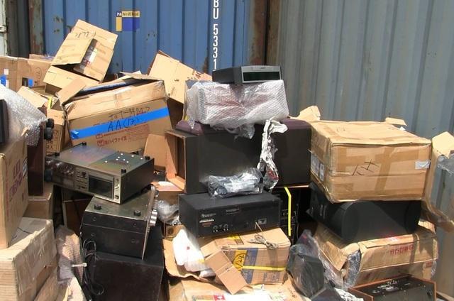 Phát hiện 2 container hàng điện tử, xe máy cũ nhập lậu - 2