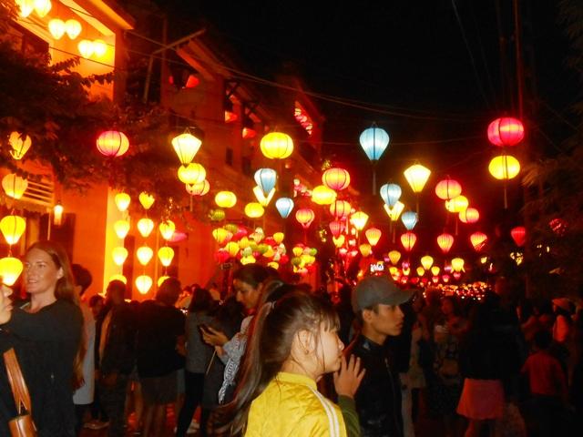 Hàng ngàn người dân và du khách đổ về Hội An vui chơi đêm khai hội Nguyên Tiêu