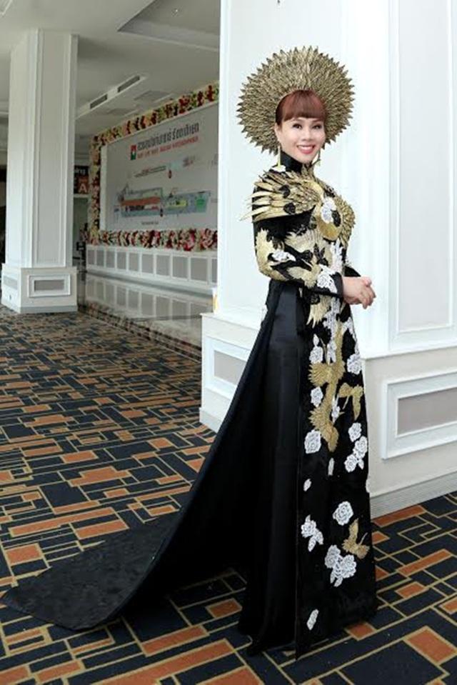 Bộ trang phục áo dài ấn tượng mà Hằng Nguyễn mang theo.