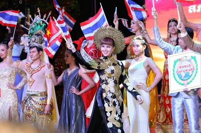 Hằng Nguyễn tự tin trình diễn trên sân khấu cùng các người đẹp khác.