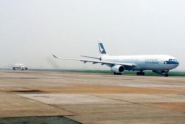 Hình ảnh máy bay xếp hàng cất-hạ cánh ở sân bay Tân Sơn Nhất - TPHCM diễn ra hàng ngày
