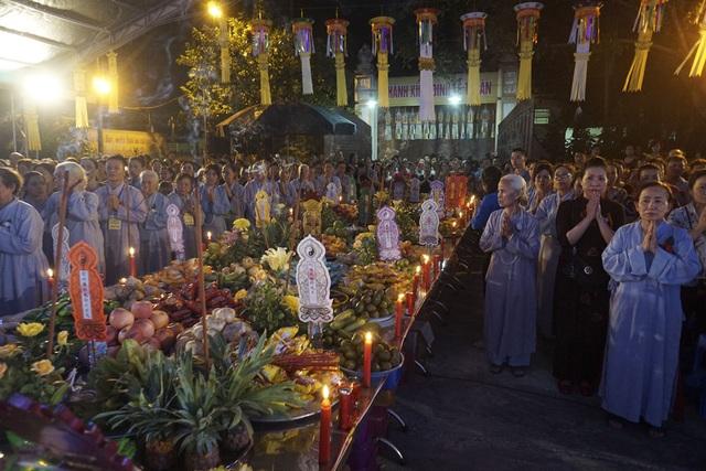 Vào tháng 7 Âm lịch hàng năm, nhiều người Việt thường có truyền thống đi lễ chùa để cầu an cho người sống, cầu siêu cho người đã khuất. Ảnh Hữu Nghị