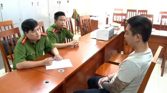 Điều tra viên lấy lời khai Nguyễn Duy Khánh. (Ảnh: CTV)