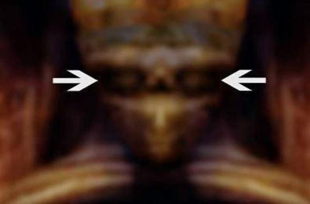 Các nhà theo thuyết âm mưu cho rằng khi sử dụng bộ lọc, sẽ nhìn thấy một khuôn mặt với đôi mắt.