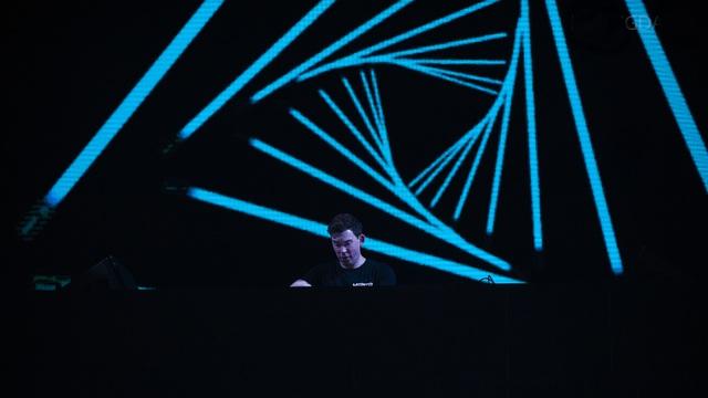 """DJ Top 3 thế giới Hardwell khen """"khán giả Việt Nam tuyệt vời nhất thế giới"""" - 12"""