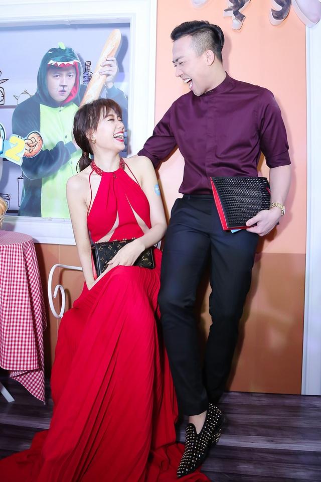 Dù không góp mặt vào bộ phim điện ảnh này, nhưng Trấn Thành vẫn tham dự lễ ra mắt phim để động viên bà xã Hari Won.
