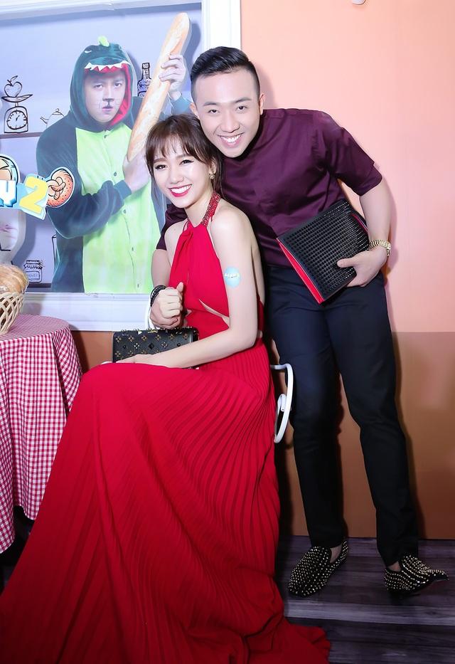 Nữ diễn viên diện chiếc váy màu đỏ được thiết kế khá gợi cảm. Không chỉ vậy, ví cầm tay của Hari cũng là một trong những món đồ hiệu khá đắt đỏ.