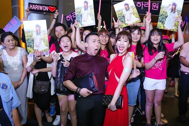 Anh thể hiện sự hào hứng cùng các fan của nữ ca sĩ