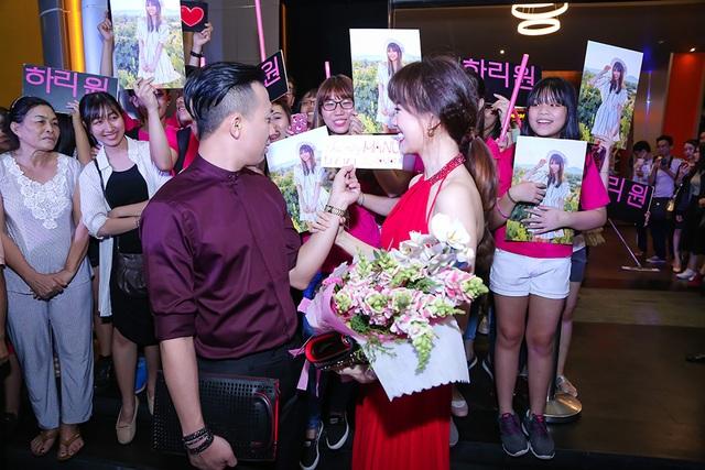 Trấn Thành cũng rất ngạc nhiên trước tình cảm người hâm mộ dành cho vợ.