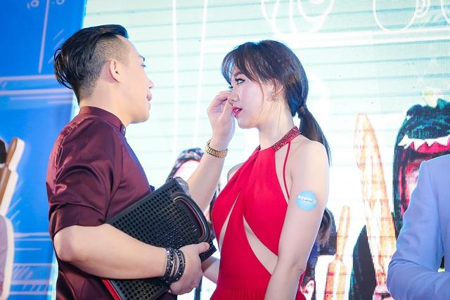 Trấn Thành luôn chăm chút cho vợ của mình trong suốt sự kiện