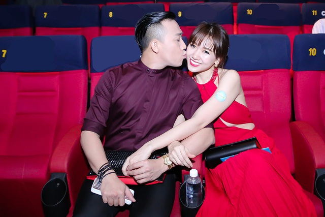 Trong rạp phim, Trấn Thành còn dành cho Hari nụ hôn ngọt ngào trên má
