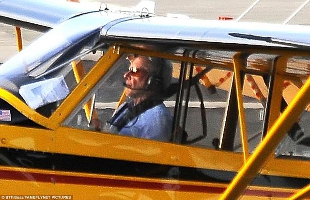 Tài tử Harrison Ford ngồi trong chiếc trực thăng Husky trước khi cất cánh từ sân bay Santa Monica, bang California, vào thứ 2 vừa qua. Khi hạ cánh ở sân bay John Wayne (cùng bang), ông đã suýt đâm phải một chiếc Boeing 737 đang chở khách.