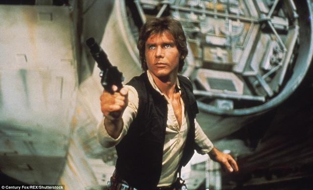 """Tài tử Harrison Ford được biết tới nhiều nhất với hai vai diễn nổi danh màn bạc - vai Han Solo (ảnh) trong loạt phim """"Star Wars"""" và vai Indiana Jones trong loạt phim cùng tên. Ngoài đời thực, nam diễn viên cũng sở hữu một cá tính mạnh, ưa mạo hiểm."""