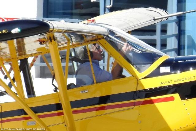 Tài tử 74 tuổi Harrison Ford kiểm tra kỹ càng chiếc trực thăng Husky trước khi cất cánh ngày thứ 2 vừa qua.