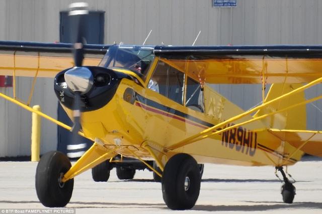 Tài tử Harrison Ford vốn có sở thích sưu tập trực thăng cổ và tự lái trực thăng chinh phục bầu trời. Ông là một khách hàng quen thuộc của một số sân bay tại Mỹ, nơi ông cất giữ bộ sưu tập trực thăng và thường tới để thỏa niềm đam mê bay của mình.