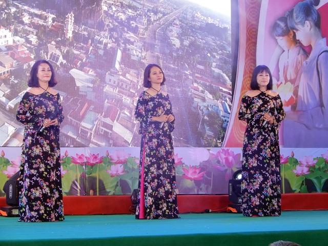 Ca khúc Cõng mẹ đi chơi do ba ca sĩ thể hiện khiến người nghe xúc động trong lễ Vu Lan báo hiếu