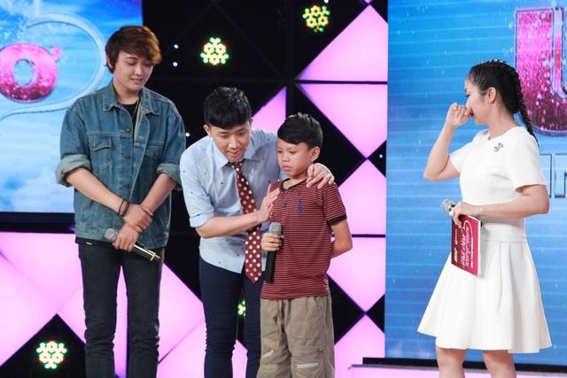 Thí sinh Đức Duy và cậu bé Thiện khiến MC lẫn giám khảo và khán giả không cầm được nước mắt.