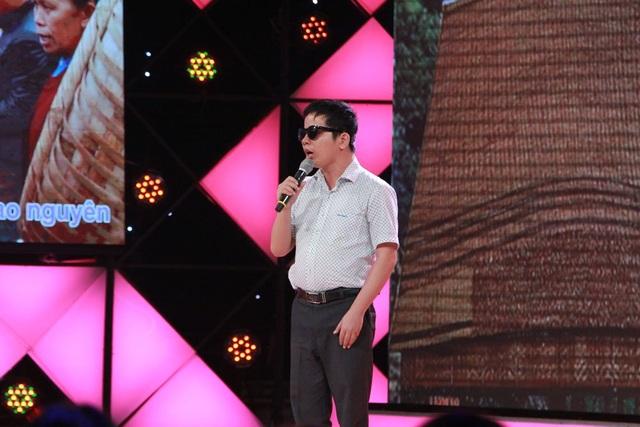 Thí sinh khiếm thị Lê Thạnh Phùng đi hát để kiếm tiền giúp mẹ và ông bà ngoại ở quê.