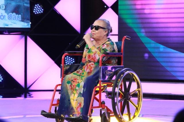 Bà Mẫn đến thi hát với chiếc xe lăn, cặp kính đen và giọng hát khiến bao người thổn thức. Ảnh: NSX.