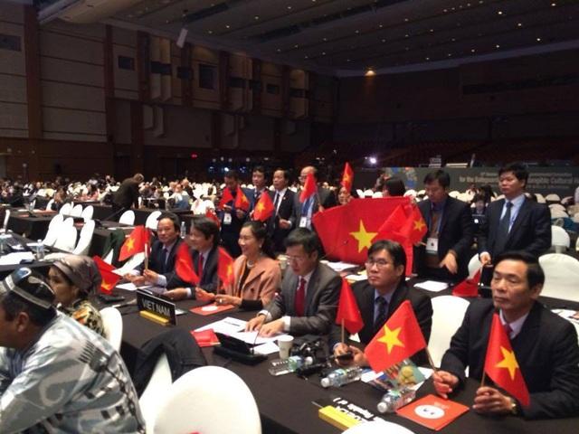 Khoảnh khắc vui sướng của đoàn Việt Nam sau khi Hát Xoan Phú Thọ được Unesco công nhận là Di sản đại diện của nhân loại. Ảnh: Phạm Cao Quý.