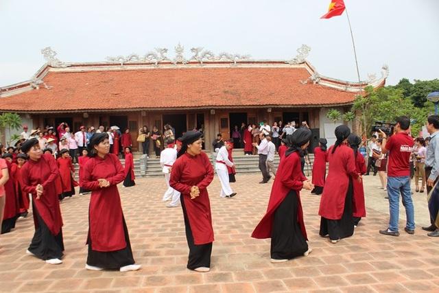 Hình thức diễn Hát Xoan gắn liền với việc thờ cúng Hùng Vương, một tín ngưỡng bắt nguồn từ việc thực hành thờ cúng tổ tiên của người Việt. Ảnh: PT.